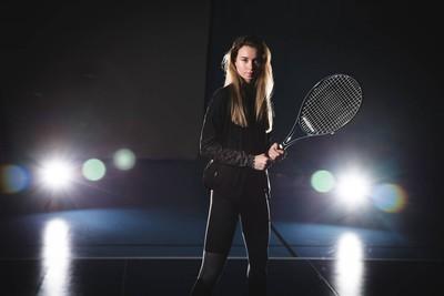 手里拿站用球拍的网球运动员