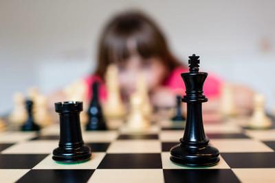 女孩和象棋板