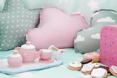 儿童卧室内配茶具和玩具
