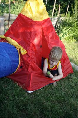 在红色帐篷里的男孩