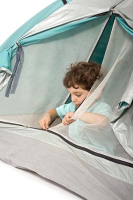 在帐篷里的小男孩