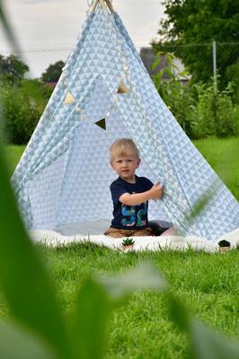 孩子们在帐篷里玩