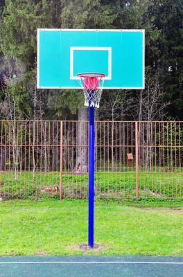 提着一个篮子在街头篮球场