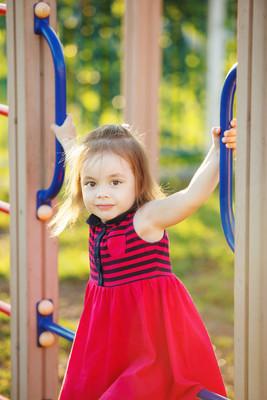 小快乐的女孩在操场上玩耍
