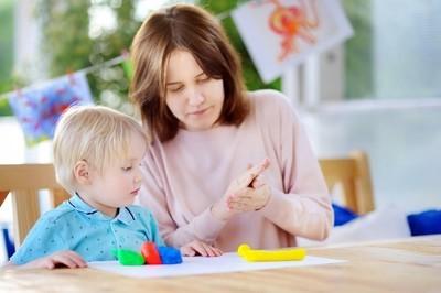 创意多彩建模粘土在幼儿园玩的男孩