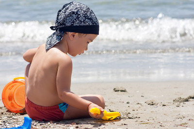 Pojke leker på stranden