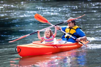 父亲和孩子在夏天皮划艇
