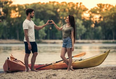 对夫妇乘皮划艇