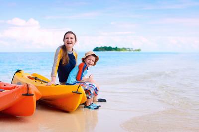 母亲和儿子后皮划艇