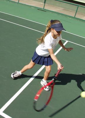 小孩打网球