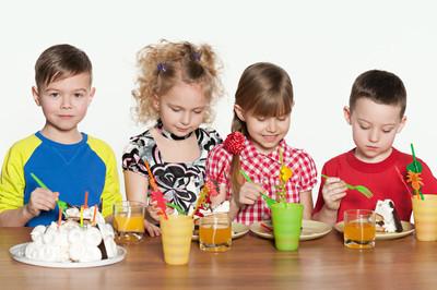 儿童庆祝在桌上的生日