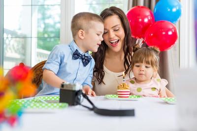 母亲和儿童庆祝生日