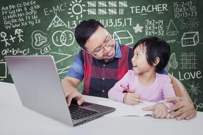 男导师帮助学习的女学生