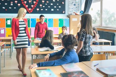 小学生在学校教书
