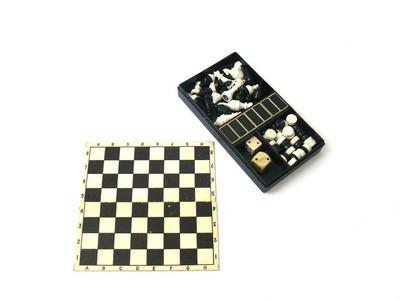 棋, 棋棋子, 棋盒, 木棋, 塑料棋, 老棋, 苏维埃复古, 苏联, 白色背景, 特写, 棋牌, 棋在手, 手, 启闭股票形象, Nostalgishop