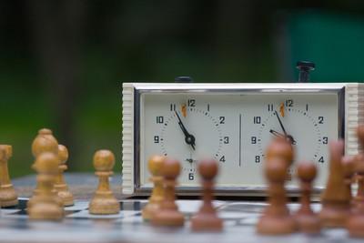 西洋棋棋子在棋盘上站。专注于棋时钟
