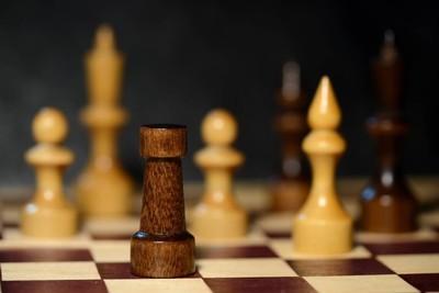 国际象棋棋子在棋盘上关闭