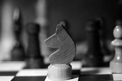 国际象棋中黑白棋盘上的棋子