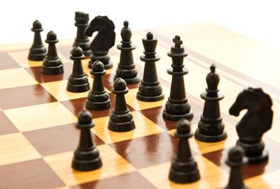 黑色的国际象棋棋子在棋盘上