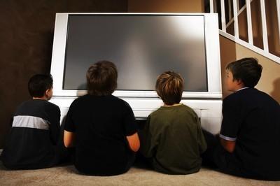 Mladí chlapci před televizí