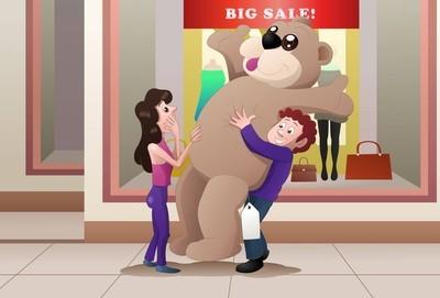 购物男孩买巨型玩偶