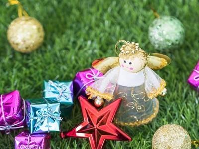 圣诞节天使玩偶和圣诞节装饰