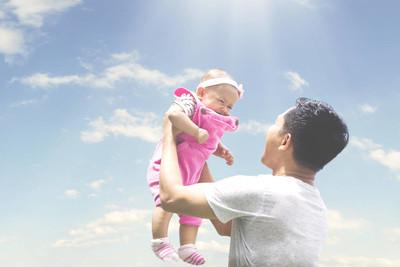 亚洲男性在天空扔他的小宝贝