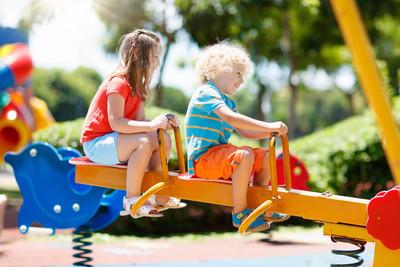 孩子们在操场上。儿童在夏季公园玩耍