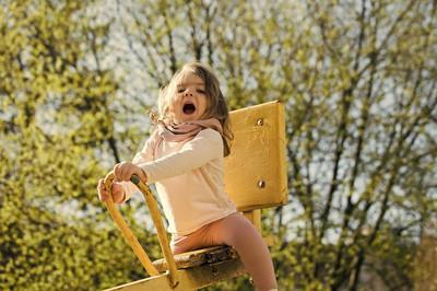 快乐的孩子在操场上玩得开心