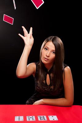 年轻女子投掷纸牌