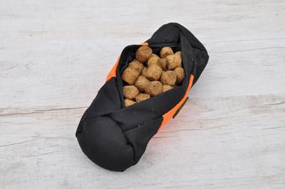 获取与狗喂养的内衬的袋