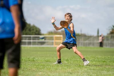 青春期男孩打垒球