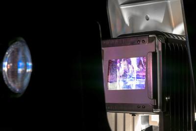 老式照片幻灯片投影仪显示旧照片幻灯片在黑暗的房间