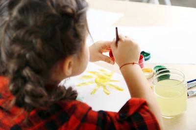 可爱的小女孩画图片