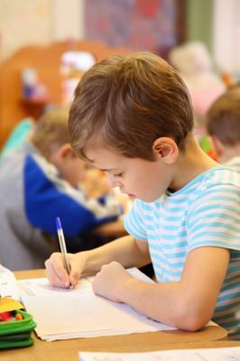 在幼儿园的绘图男孩