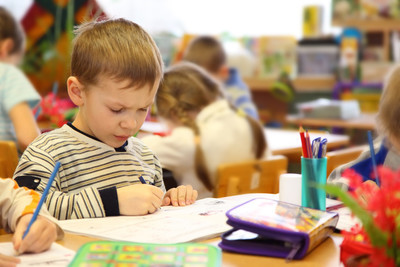 男孩画在幼儿园