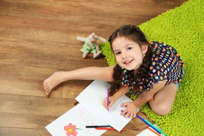 小女孩画图片