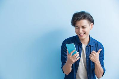 男大学生使用手机