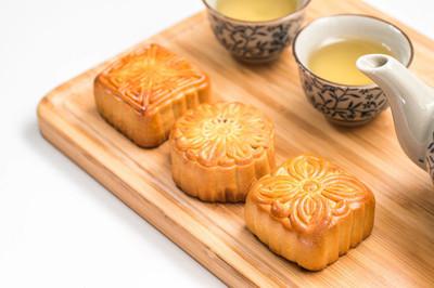 在白色背景上中秋节节日月饼
